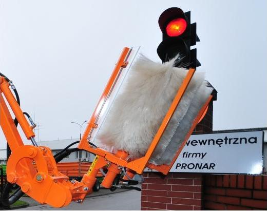 multifunctional boom with brush for road signs_2